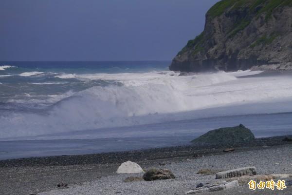花蓮七星潭海域因受蘇迪勒颱風外圍影響,今天開始風速已來到7至9級、浪高逾3公尺。(記者王峻祺攝)