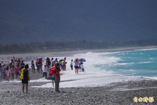 中颱蘇迪勒逼近台灣,花蓮七星潭海域今天開始出現3公尺長浪,不少遊客「見浪欣喜」直逼岸際,相當危險。(記者王峻祺攝)
