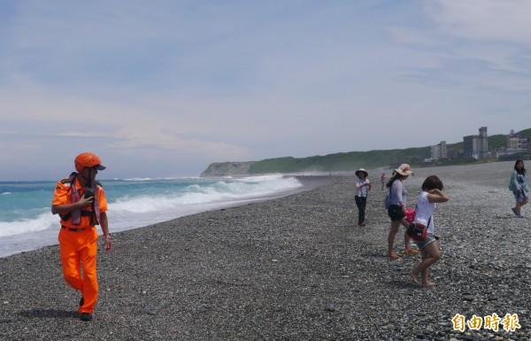岸巡人員除以廣播請民眾離開岸際外,主要還是透過巡邏步行方式驅離踏浪遊客。(記者王峻祺攝)