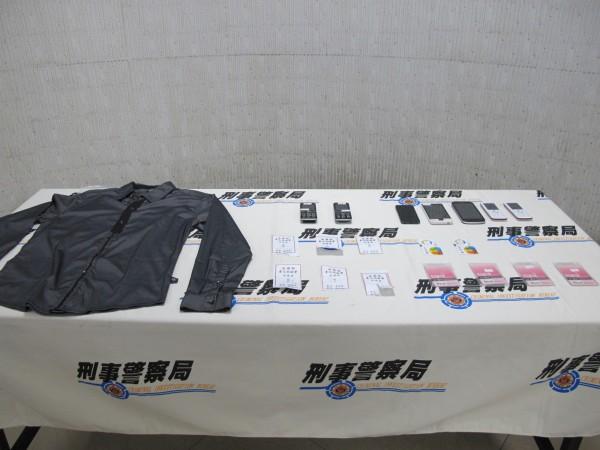 警方起獲犯案使用手機、偽造地檢署服務證、作案穿著的衣服等等贓證物。(記者邱俊福翻攝)