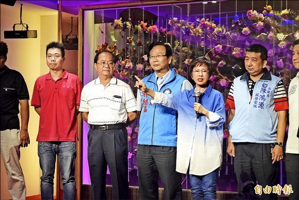 國民黨總統參選人洪秀柱(右三)昨在立委林德福(右四)的陪同下,出席永和區里長聯誼會餐會。(記者陳韋宗攝)