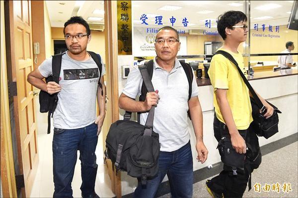 獨立記者林雨佑(右起)、自由時報記者廖振輝與苦勞網記者宋小海等三人,日前被裁定無保請回後步出法警室。(資料照,記者陳志曲攝)