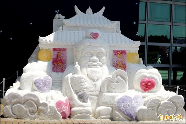 東方的月老廟鹽雕長、寬各4米,高2.4米。(記者劉婉君攝)