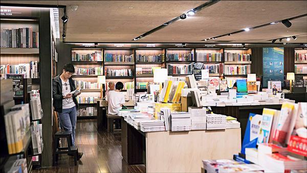 1999年首創24小時不打烊營運模式的誠品書店,是不少國外遊客來到台灣必遊的文化景點之一。(誠品提供)