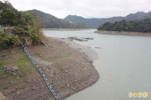 經濟部次長楊偉甫表示,以目前估計雨量,石門水庫一定會洩洪。圖為今年旱災時的石門水庫。(資料照,記者林子翔攝)