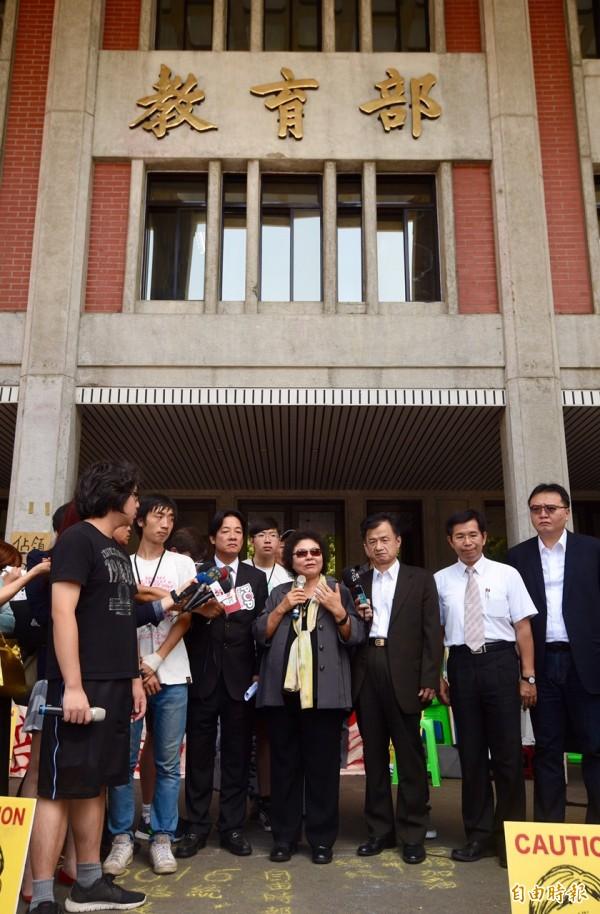 高雄市長陳菊、台南市長賴清德赴教育部探視反課綱學生。(記者羅沛德攝)