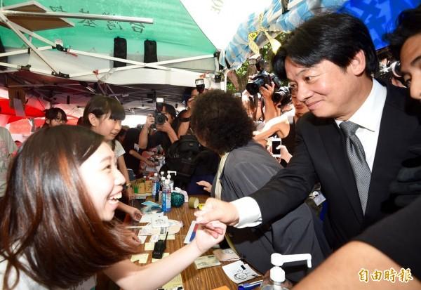 台南市長賴清德赴教育部探視反課綱學生。(記者羅沛德攝)