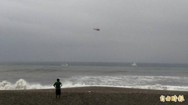 宜蘭縣南方澳內埤海邊,今天下午4點多,傳出1名大人、3名小孩落海,宜蘭縣消防局派員搶救中。(記者朱則瑋攝)