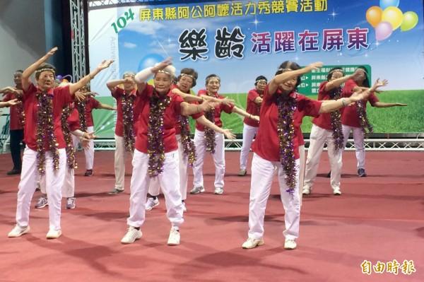 今天上午經過初選的10支隊伍、500多名阿公阿嬷齊聚屏東高工,站上舞台展現將康活力的舞蹈。(記者邱芷柔攝)