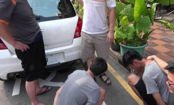 警方將詐騙集團車手頭的謝姓男子 (左)及游姓車手(右)查獲到案。(記者湯世名翻攝)
