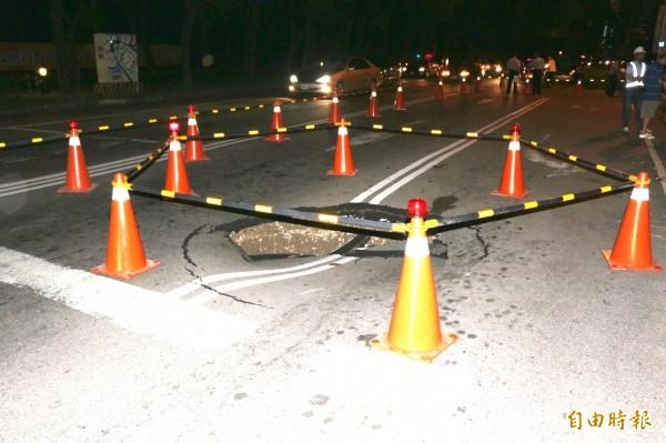斗六大學路與中山路,昨晚路面塌陷,出現一個大洞。(記者詹士弘攝)