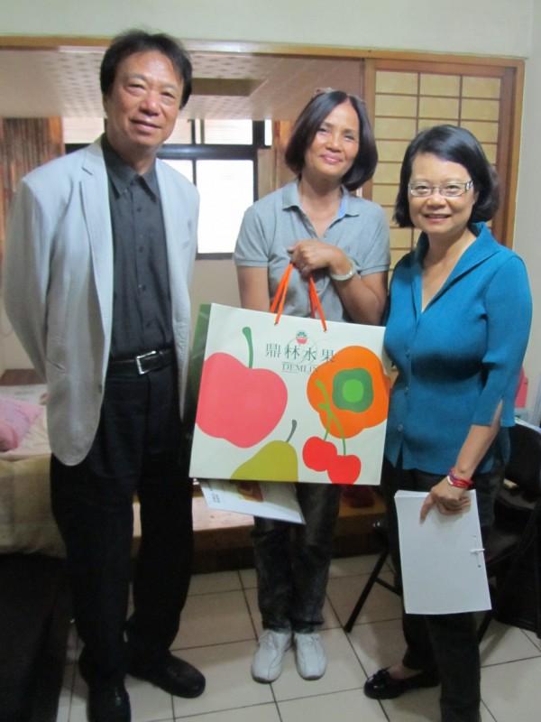 監委王美玉(圖右)、蔡培村(圖左)兩人探視買泓凱家屬。(圖為監察院提供)。