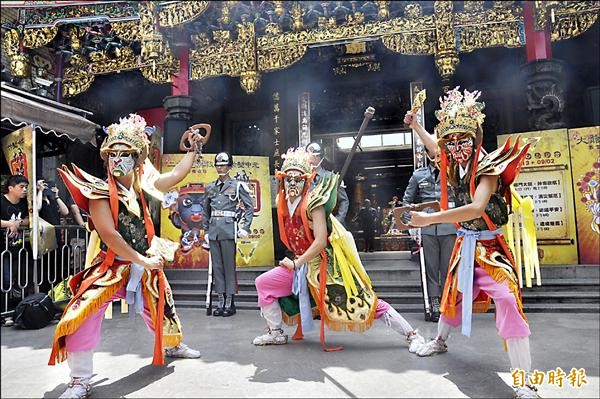 竹塹中元城隍祭將在國曆八月十三日登場,圖為昨天在新竹都城隍廟的宣傳活動。(記者傅潮標攝)