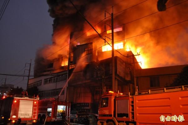 今年1月26日桃園中壢工業區敬達公司烤漆工廠發生大火。(資料照,記者李容萍攝)