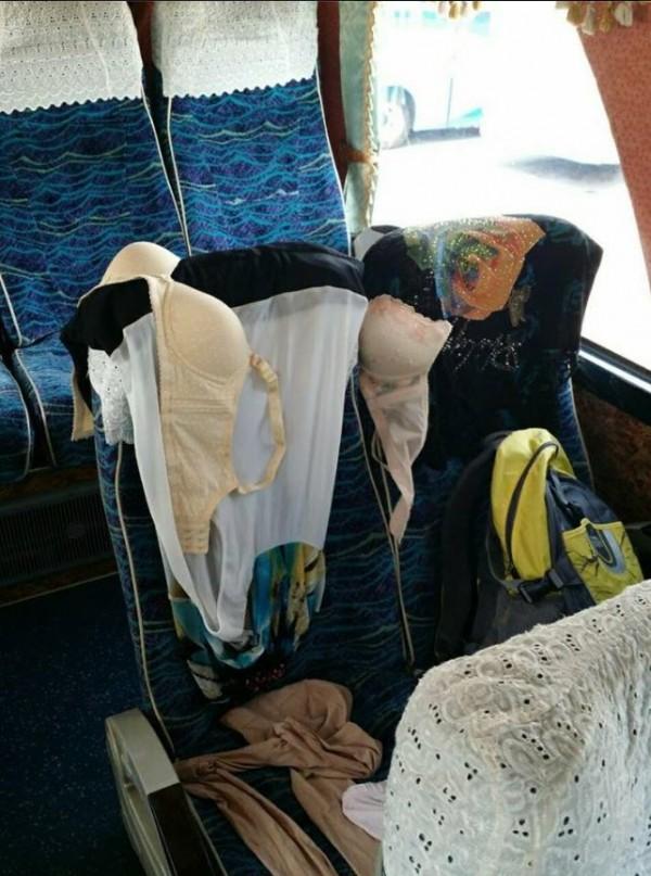中國遊客的不文明行為又添一件,日前有台灣遊覽車司機指出,中國遊客常在遊覽車上曬衣服,甚至連貼身內衣褲也大剌剌曬在座椅上。(圖擷取自爆料公社)