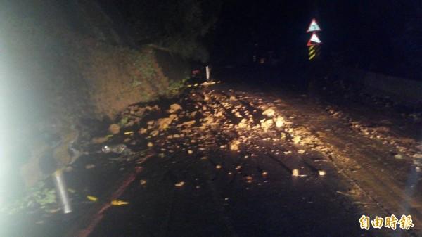 基隆市崇法街又發生落石,封閉道路。(里長黃元良提供)