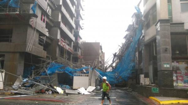颱風蘇迪勒帶來的強風豪雨,今日上午北市北投區一建案工地出現鷹架整片倒塌。(記者陳恩惠翻攝)