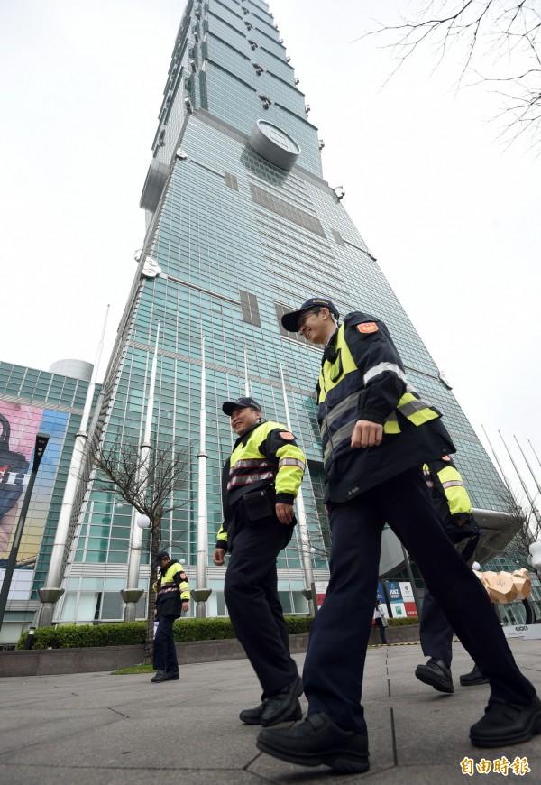 台北101在臉書貼出公告,顧及員工及顧客安全,觀景台及購物中心今天暫停營業一天。(資料照,記者王敏為攝)