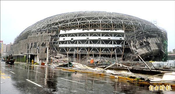 蘇迪勒颱風侵襲全台,大巨蛋施工鷹架倒塌。(記者王敏為攝)