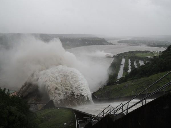 石門水庫溢洪道、排洪隧道同時開啟洩洪。(資料照,記者周敏鴻攝)