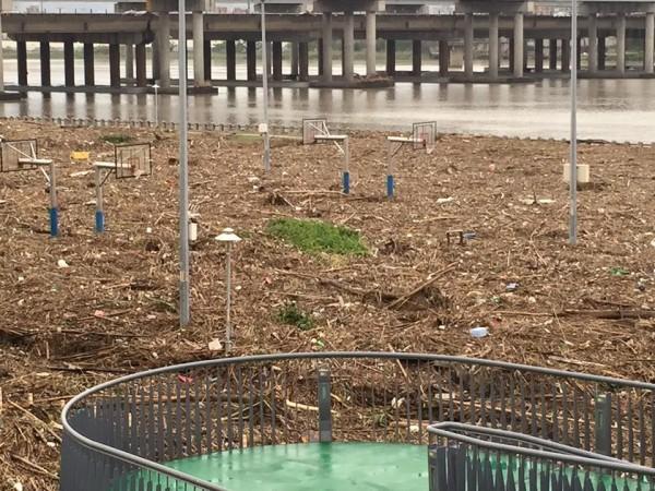 河濱公園內的籃球場滿是垃圾。(圖片取自臉書社團「爆料公社」)