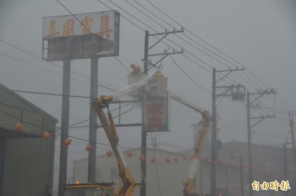 台電人員冒雨搶修中斷的電力。(資料照,記者鄭淑婷攝)