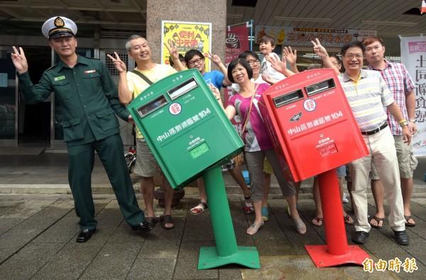 龍江路的郵筒遭掉蘇迪勒颱風吹下的招牌擊中,變形歪斜成了「歪腰」郵筒,這二天已經成了台北市著名的風災景點。(記者王敏為攝)