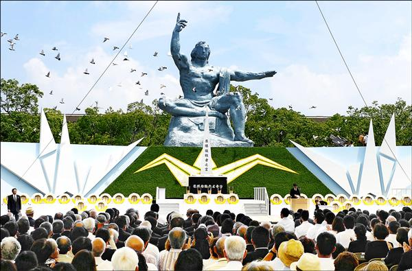 日本長崎市和平公園9日舉行原爆70週年追思紀念儀式,包括日本首相安倍晉三與75國代表都出席致意,加上長崎原爆罹難者遺族及受害者等約6700人參加儀式。(美聯社)
