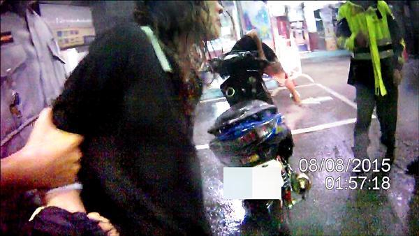 雲姓女子趁颱風天偷竊機車,當場被警方活逮。(記者曾健銘翻攝)
