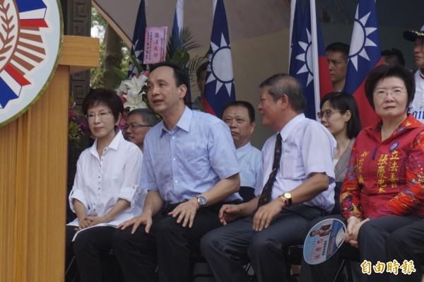 國民黨主席朱立倫(左二)、國民黨總統候選人洪秀柱(左一)今天出席823台海戰役勝利57週年追思大會時,皆被問及核四議題。(記者張安蕎攝)