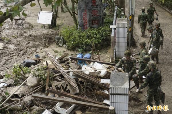國軍協助清理新店、烏來災區。(記者張安蕎攝)