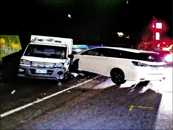 台北市政府廉政委員徐嶔煌昨凌晨酒後駕駛白色小客車,行經新竹市民主路時,撞上停放在路旁的小貨車。(記者王駿杰翻攝)