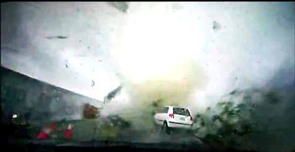 一輛白色小客車被捲飛約三十公尺,砸進路旁田裡。(記者王俊忠翻攝自網路)