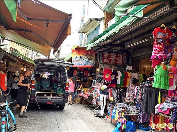 九月一日起屏東縣東港鎮第二公有零售市場內,早上八點到十二點,所有車輛禁止通行。(記者陳彥廷攝)