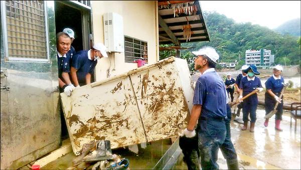 慈濟志工緊急協助災民清掃家園。(慈濟基金會提供)