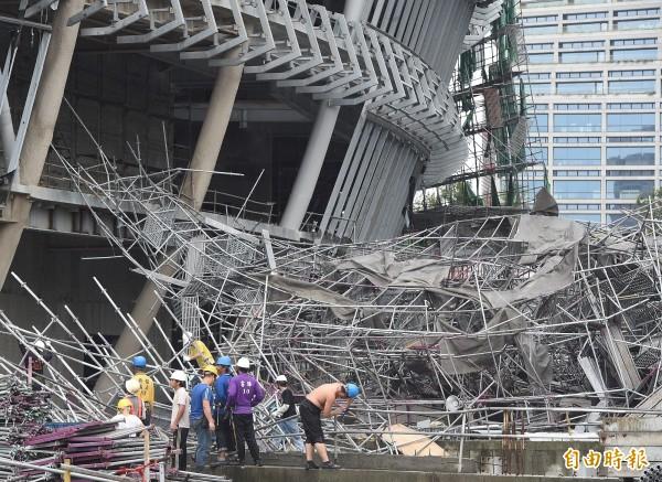 蘇迪勒颱風侵台,造成遠雄大巨蛋部份工程鷹架和帷幕損毀,甚至有數片放置於蛋頂的鋼浪板遭強風吹落。(資料照,記者廖振輝攝)