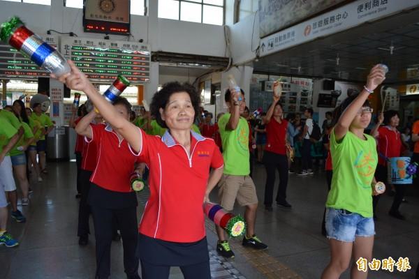 大村鄉擺塘社區的阿公、阿嬤加上年輕男女在彰化火車站大廳擺動身軀熱舞玩快閃,充滿活力。(記者湯世名攝)