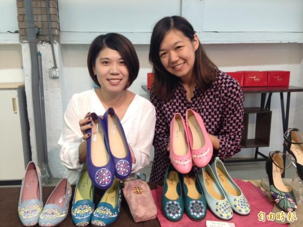 今年從成大研究所畢業的江珮嘉(左)和張積育(右)向台南老師傅學習,把「圓仔冰」、「杏仁豆腐冰」繡入女鞋鞋面,手工打造一雙雙台南名產鞋。(記者林曉雲攝)