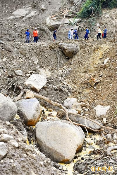 蘇迪勒颱風重創新北市烏來山區,昨日便道搶通,部分居民冒險下山。(記者張嘉明攝)