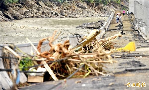 蘇迪勒颱風造成烏來地區道路柔腸寸斷,對外交通嚴重受損。(記者羅沛德攝)