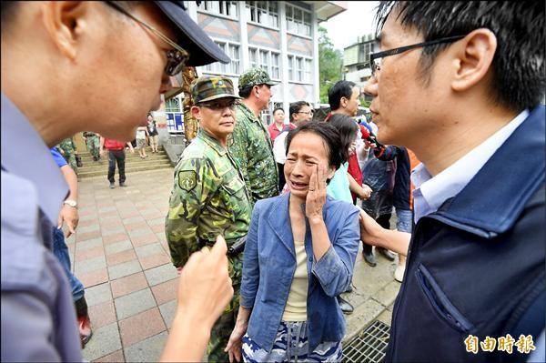 受災居民在新北市長朱立倫視察時,向市府人員哭訴請求協助。(記者羅沛德攝)