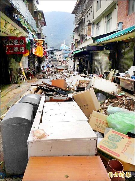 烏來老街堆滿了廢家具、廢棄物。(記者徐聖倫攝)