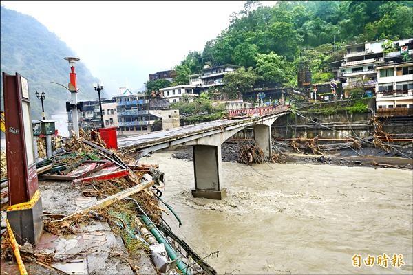 蘇迪勒颱風重創新北市烏來區烏來老街受創嚴重,橋樑欄杆被惡水沖走一半。(記者張嘉明攝)