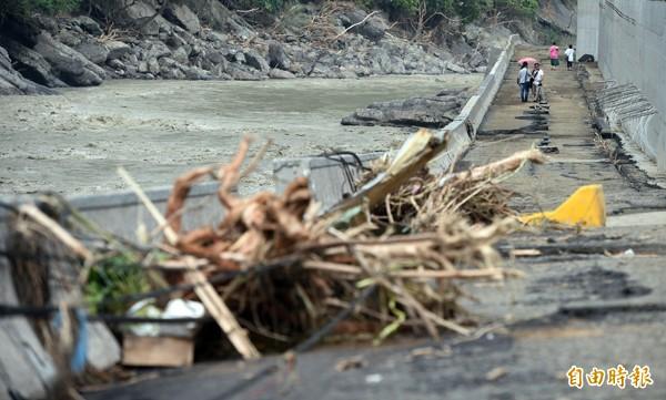 蘇迪勒颱風造成烏來地區道路柔腸寸斷,對外交通嚴重受損。 (記者羅沛德攝)