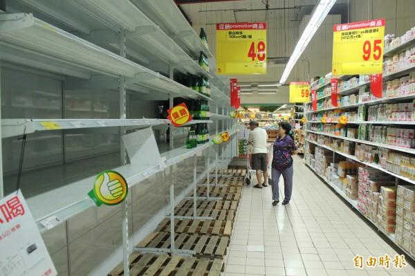 民眾搶水,賣場雖然提高進貨量,但礦泉水仍銷售一空。(資料照,記者鍾泓良攝)