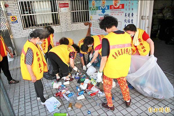 婆婆媽媽們將回收物做好分類,再集中拿去變賣。(記者鄭鴻達攝)