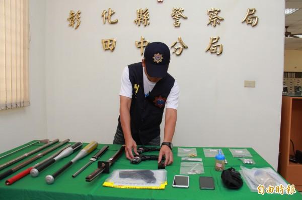 彰化縣警察局田中分局查獲小隻暴力集團,查獲槍械、球棍等。(記者陳冠備攝)