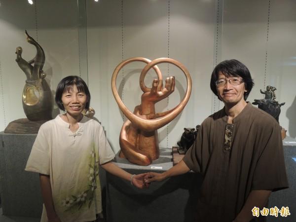 台南雕塑大師王昭旺與何玟瑾夫妻在新竹市竹軒畫廊展出雕塑作品,以愛和家的概念為主,兩人互相扶持,心心相映,產生創作的能量。(記者洪美秀攝)