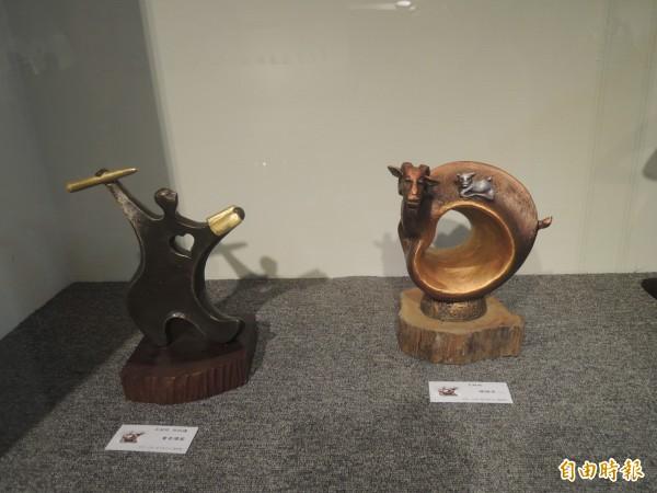 台南雕塑大師王昭旺與何玟瑾夫妻在新竹市竹軒畫廊展出雕塑作品,以愛和家的概念為主,兩人互相扶持,心心相映,作品以銅雕為主,充滿生命力。(記者洪美秀攝)