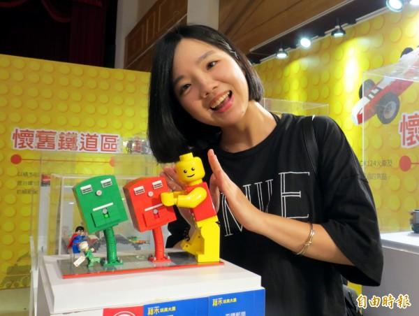 積木玩具大展出現「歪腰郵筒」,民眾開心合照。(記者張菁雅攝)